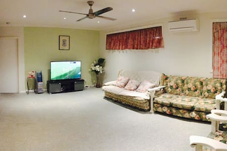 Massive 7 bedroom house fully airconditioned - Ashwood