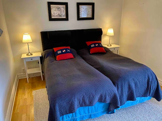 Room with two beds that can be moved apart