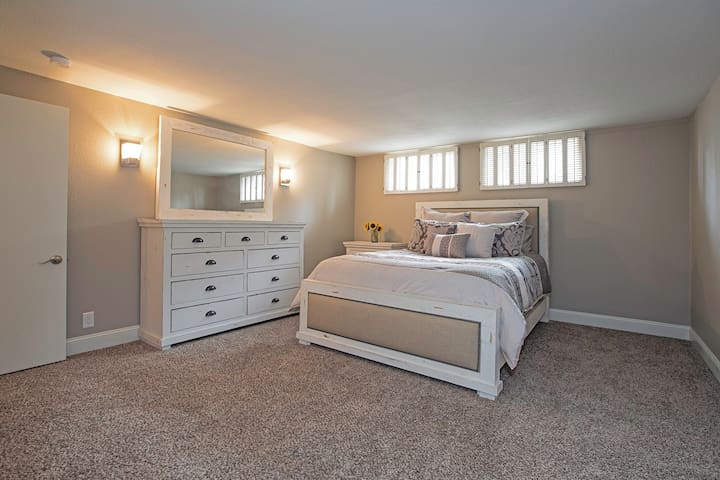Cozy and spacious bedroom w/ bath& lounge 