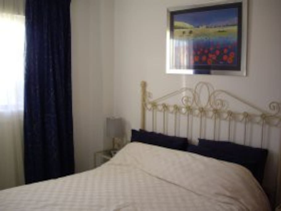 Master bedroom has a king size bed and full en-suite bathroom with bath, bidet and shower. Sea view.