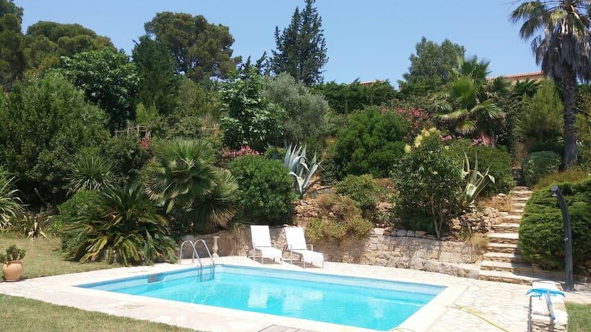 Le Clos Fleuri Chambre & salle de bain côté jardin