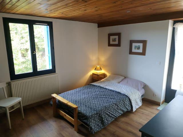 Chambre blanche (canapé-lit déplié). Cette pièce dispose d'un accès direct sur l'extérieur. Elle peut être aménagée de différentes façons (canapé-lit déplié ou non, avec ou non un lit simple en plus : voir les autres photos).