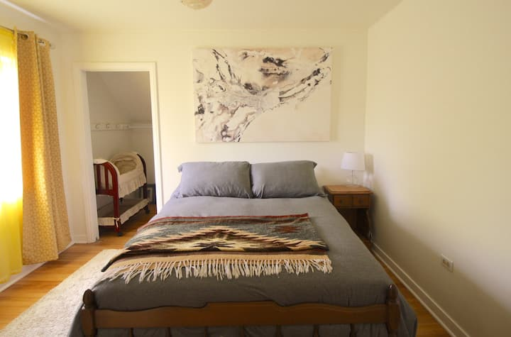 Eclectic Room - DT Character Home Near Beach
