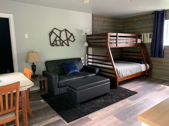 Peaks Lodge - Family Cabin Room for 6 /no kitch C14,C17