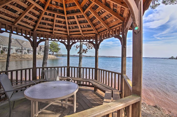 Lake Keowee Condo w/ Balcony & Resort Amenities!
