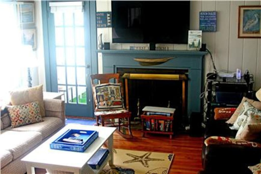 Charming & Comfortable Living Room with Fire Place