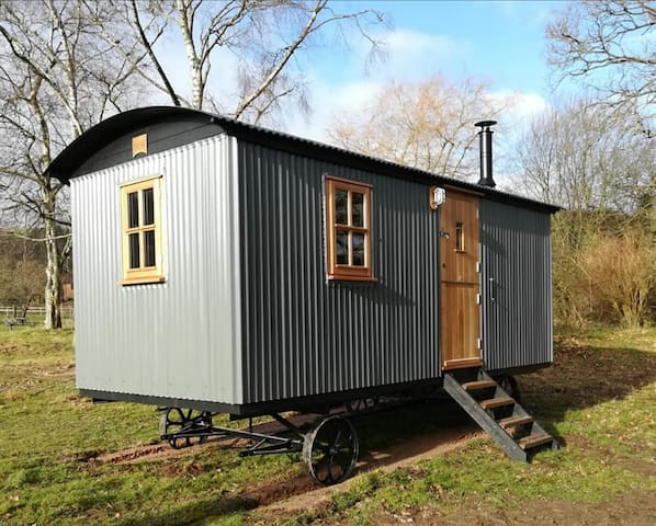 Gaggle of Geese Pub - 'Birdie' Shepherd Hut