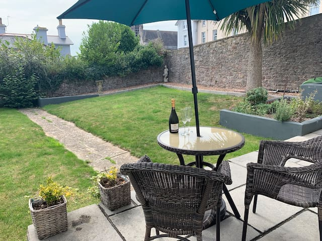 A bright, airy, contemporary garden flat, recently renovated. Ideally located a short, easy stroll from the harbour. It has its own, private garden which is ideal for a glass of fizz as the sun goes down