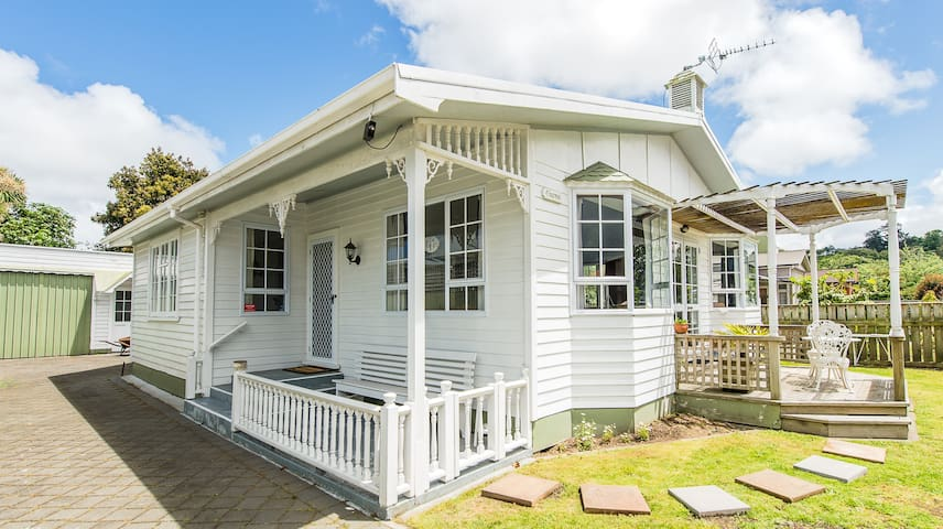 CHARMAE GUEST HOUSE (Large Family Home, Sleeps 8) - Whanganui