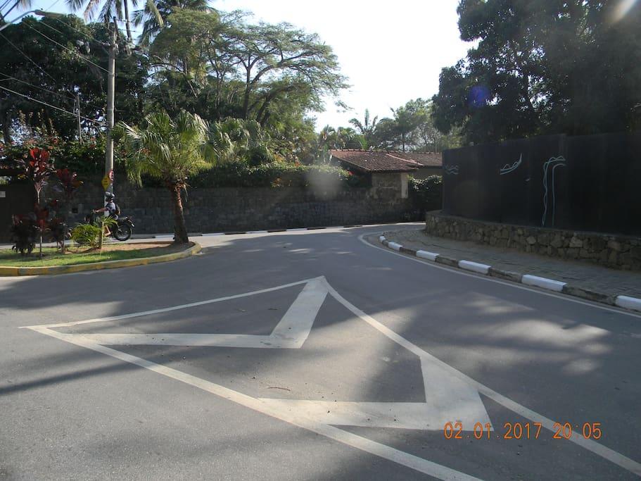 Avenida Almirante Tamandaré com bifurcação à direita para a Alameda Baepi II