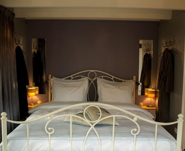 Heerlijk slapen in een tweepersoonsbed (180x210) met verduisterende gordijnen.