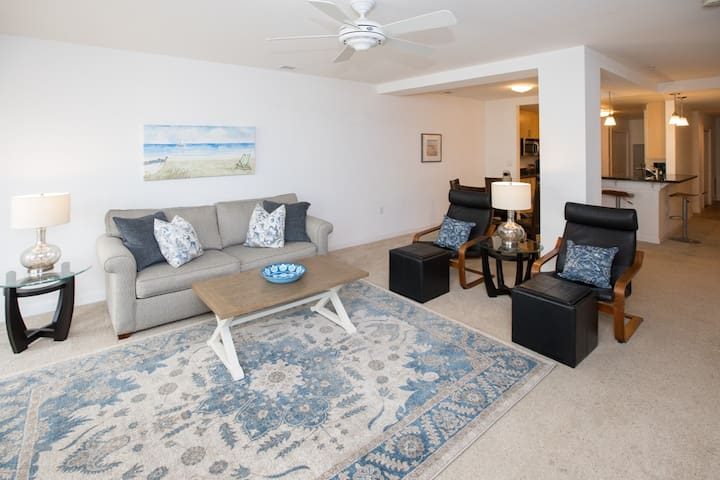 B202 OceanView: Great Two Bedroom Ocean View Unit on the Second Floor, Parking and Pools!