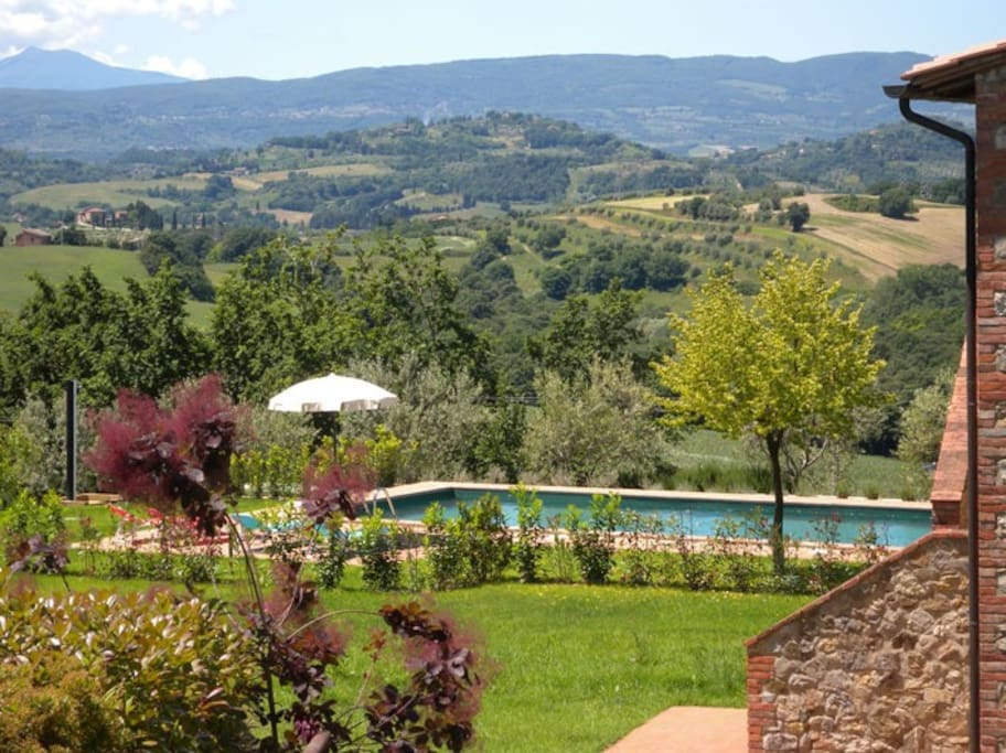 SWIMMING POOL WITH VIEW ON TUSCANY'S HILLS