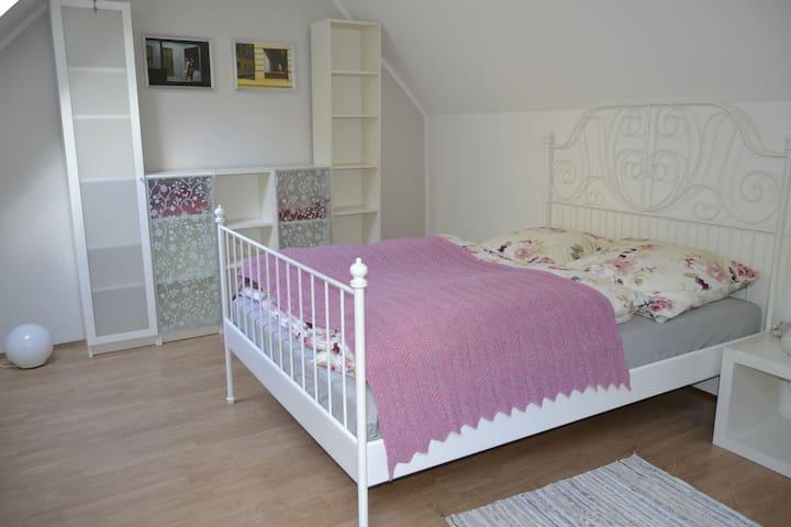 Bett für 2 Personen (140 cm breit)