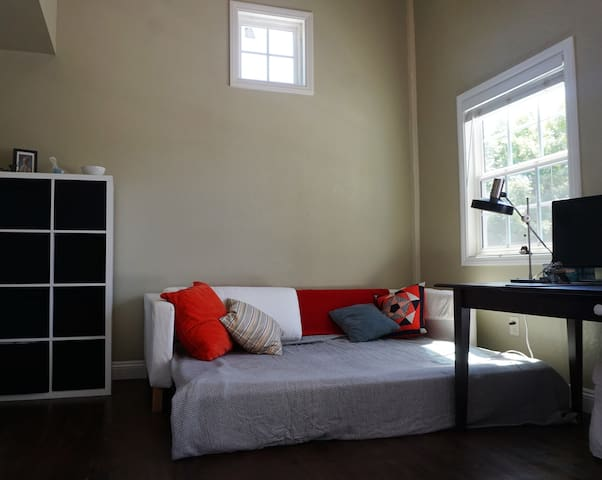 Private Room/Bathroom with Balcony - East Palo Alto - Hus