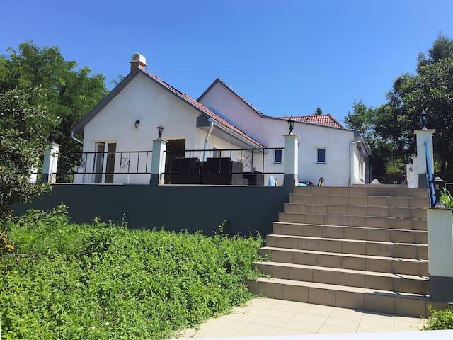 Luxe vakantiehuis met zwembad nabij spa en Balaton - Igal - House