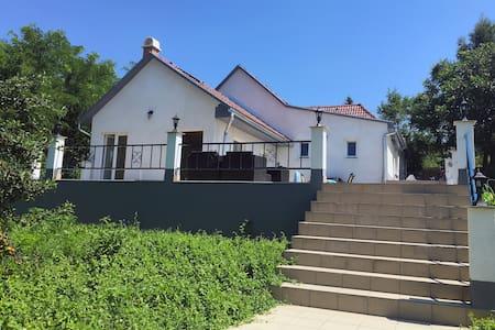 Luxe vakantiehuis met zwembad nabij spa en Balaton - Igal - Dům