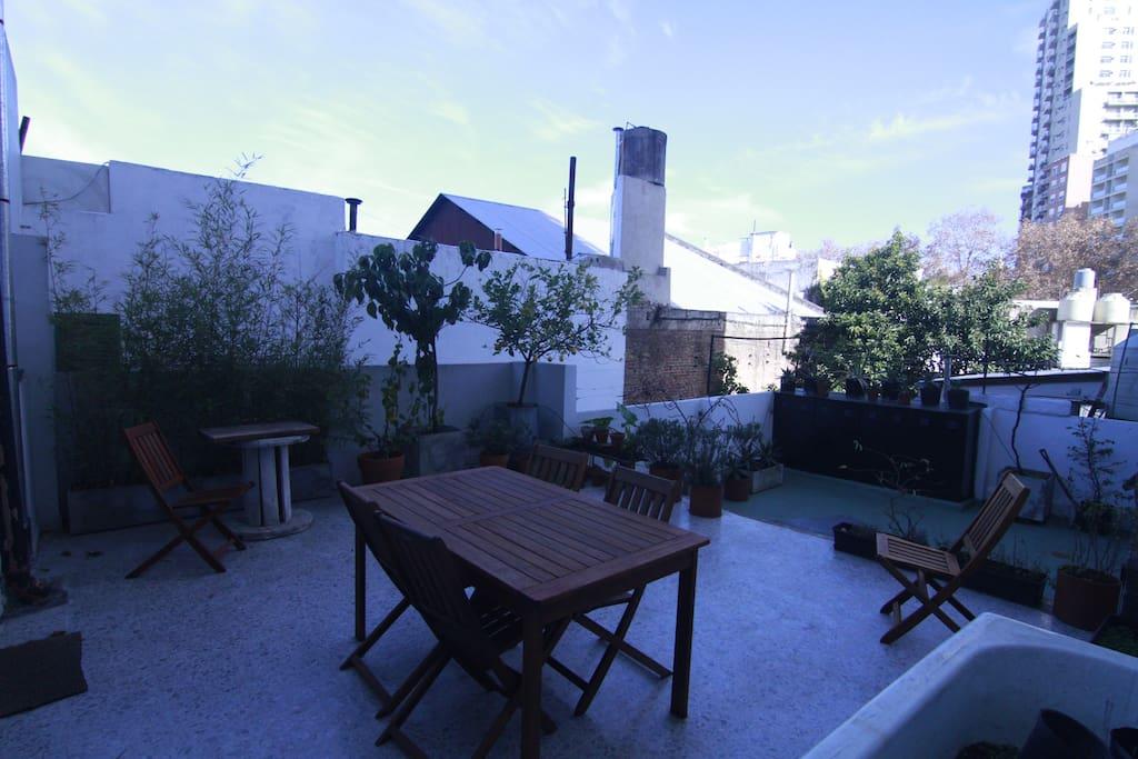 Esta terraza te invita a tomar el cafe a la mañana y ver la ciudad y los cielos azules del sur.