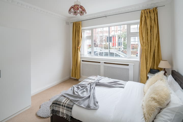 Bright 1 bed 2 bath sleeps 3 w/garden in Hampstead