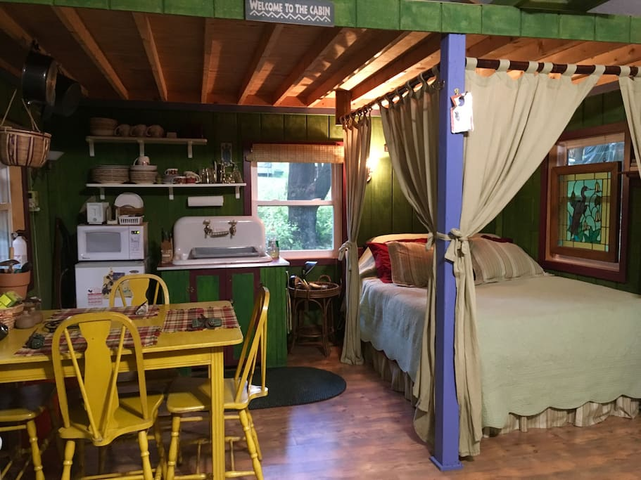 Inside Peace: Kitchenette/Queen Bed