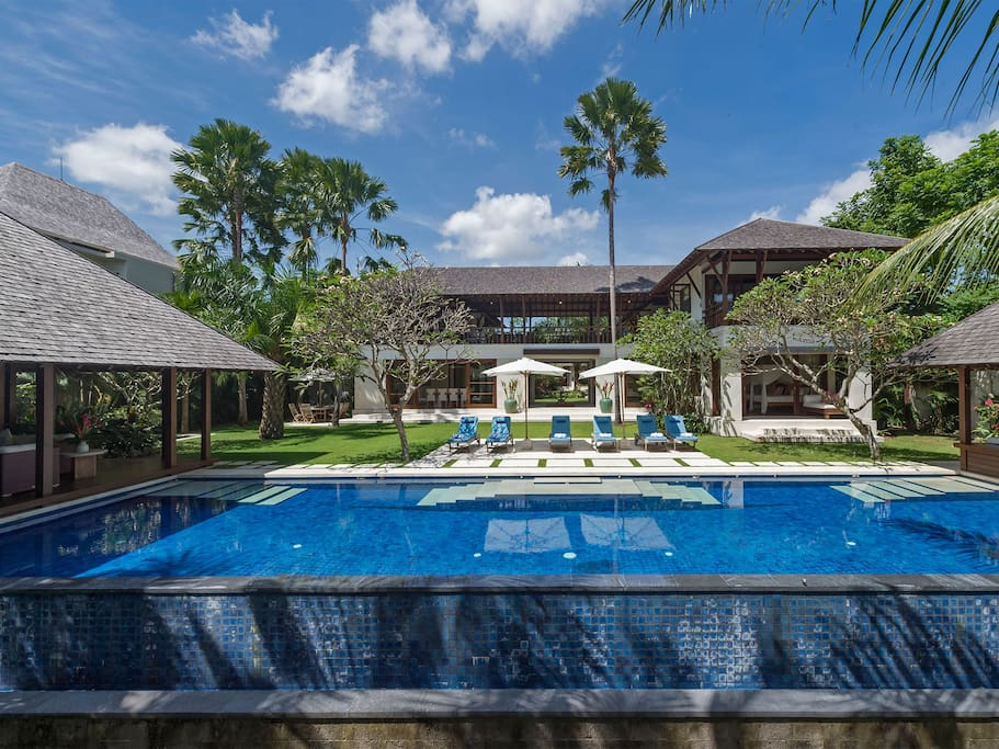 Welcome to Sabana, one of Bali's most amazing villas.  The house and gardens were designed by the same team behind the Fours Seasons Hotel in Jimbaran.