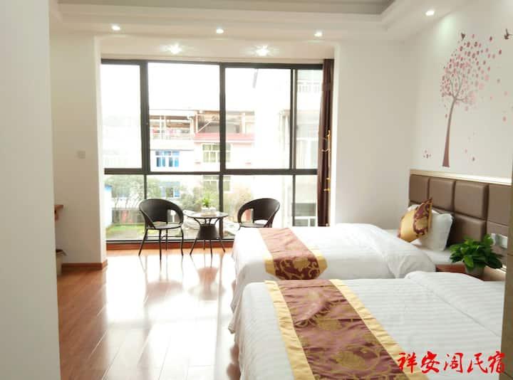 祥安阁民宿 豪华舒适双床大房,拥有阳光落地窗与独立卫生间,宽敞舒适。