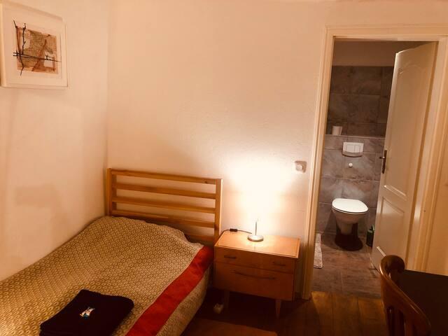 Gemütliches Zimmer - PRIVATE BATHROOM!