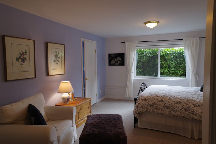 Restful, central garden haven (Laughing Duck B&B) - Bowen Island - Bed & Breakfast