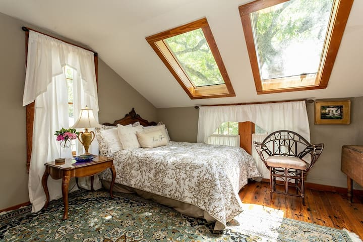 Gillespie House- East Suite | True Traditional B&B