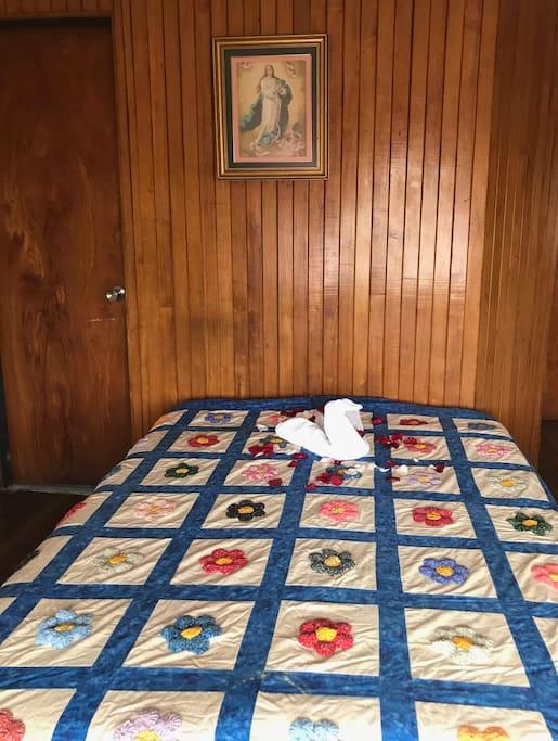 Cuarto con colchón queen, mesa de noche , close, buena luz