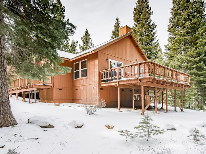 Updated Retreat with Fireplace, Deck & Grill