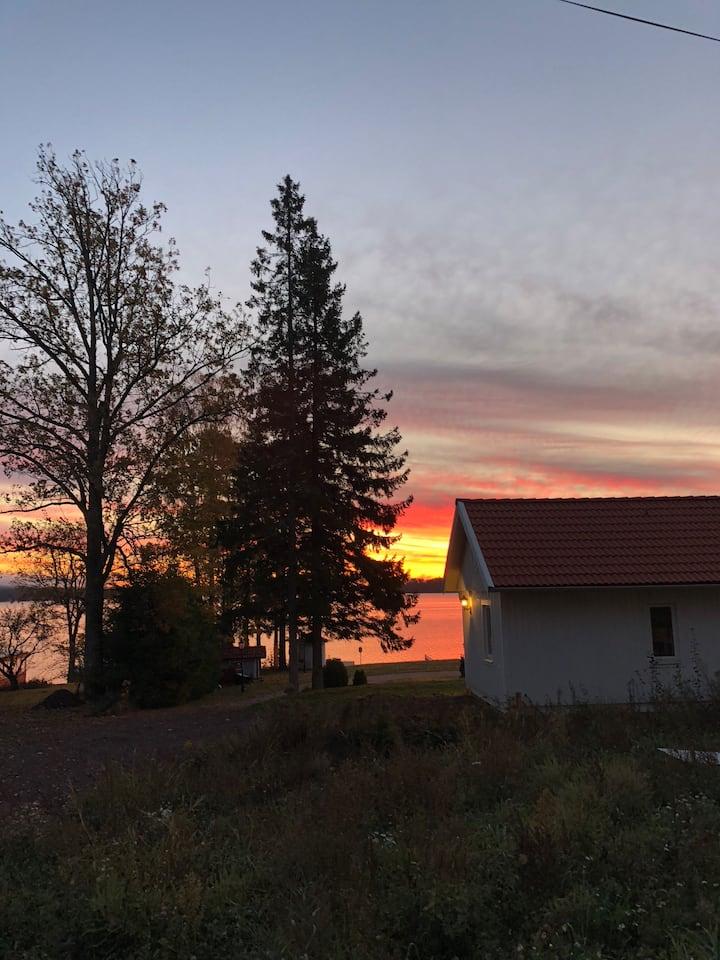 Vackert hus vid Vänerns strand på Hammarö