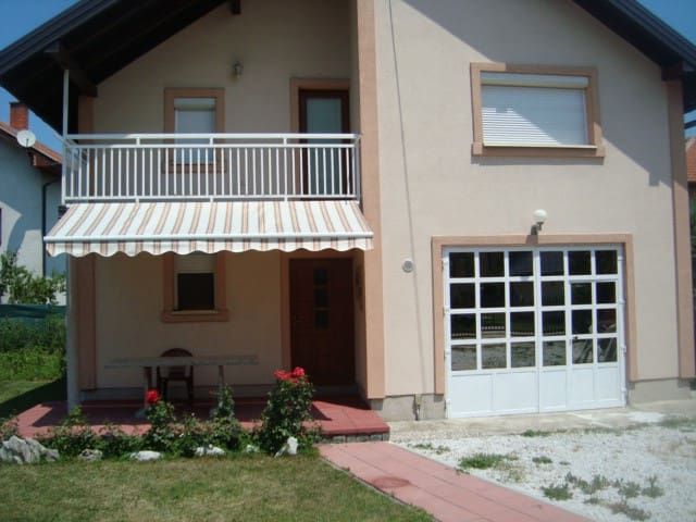 Comfortable house with garden - Ilidža - Huis