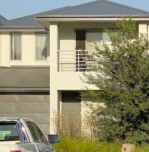 Modern townhouse right nr Flinders