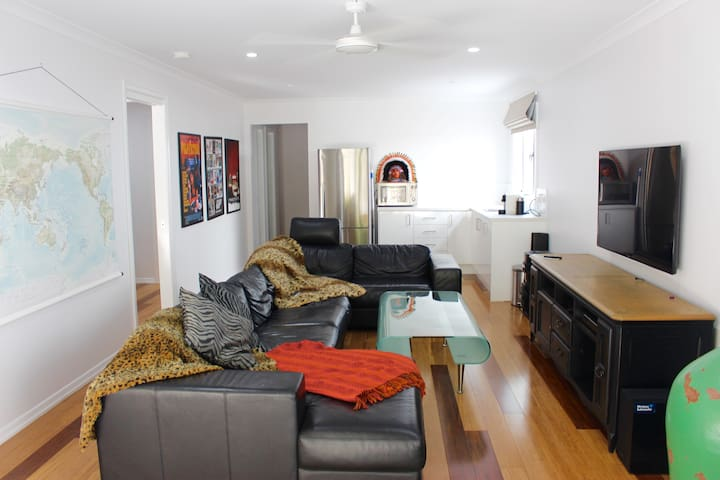 Gorgeous Self Contained 1 Bedroom/Bathroom Studio - Red Hill - Hus