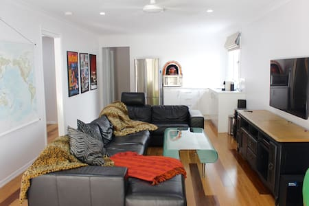 Gorgeous Self Contained 1 Bedroom/Bathroom Studio - Red Hill - Dom