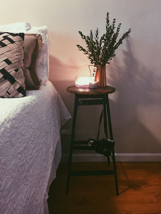 Queen sized bed, clean sheets and some fresh smelling candles - perfect for a great Fall weekend in the city!