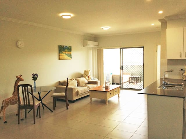 Own room with own bathroom in modern unit - Zillmere - Apartament