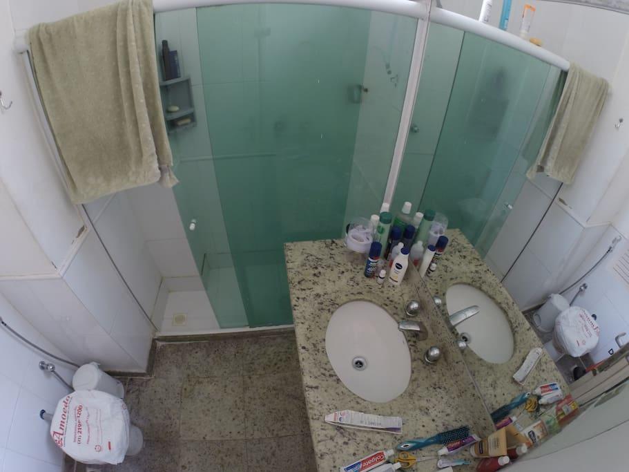 Banheiro Suite/ Suite Bathroom
