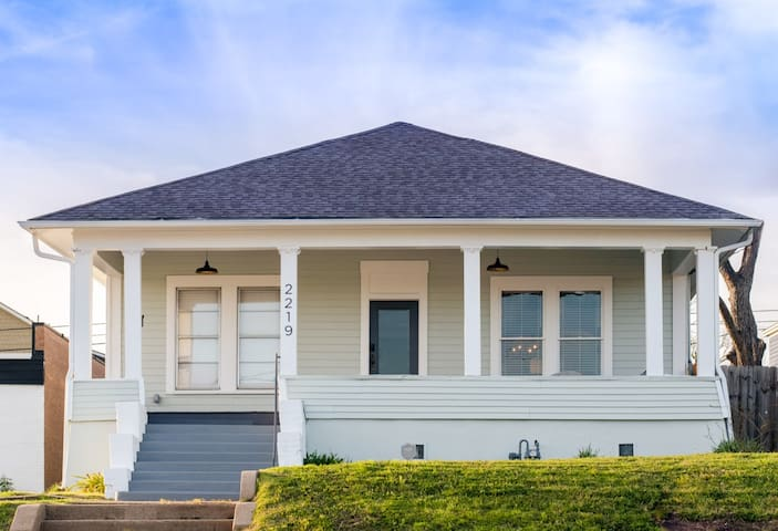 Restored 1930s Uptown Bungalow 2 min. to Magnolia