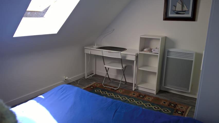 A l'étage  1 chambre pour 2 et 1 salle d'eau