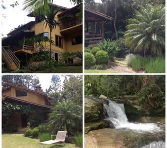 Casa em área de floresta com cachoeira