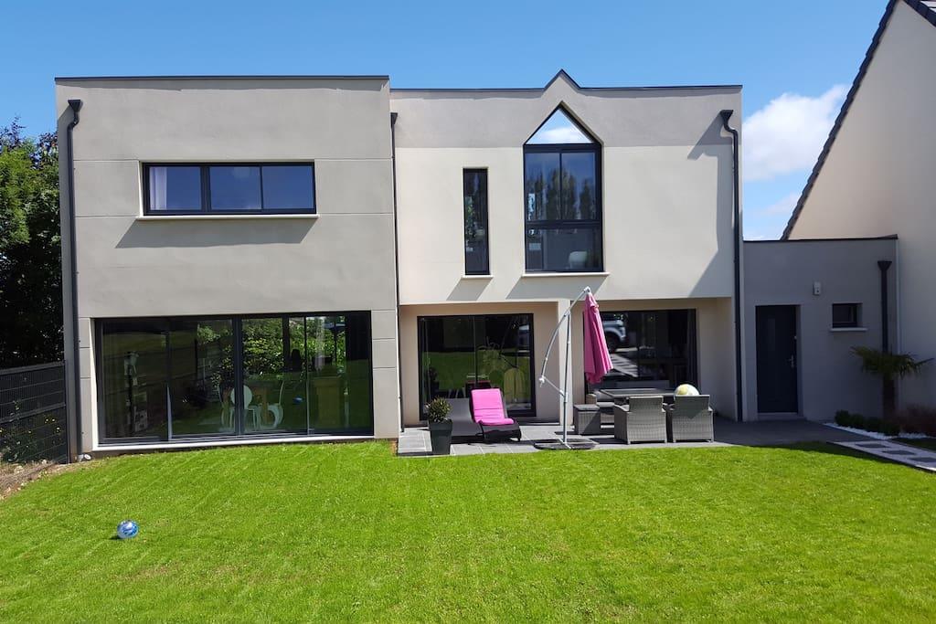 Villa neuve contemporaine 160m2 maisons louer sainte for Maison moderne 160m2