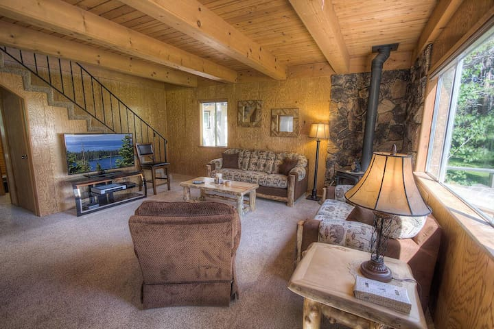 Knotty Pine Chalet on Lush Meadow, BBQ on Private Deck, Woodsy (CYH0820)