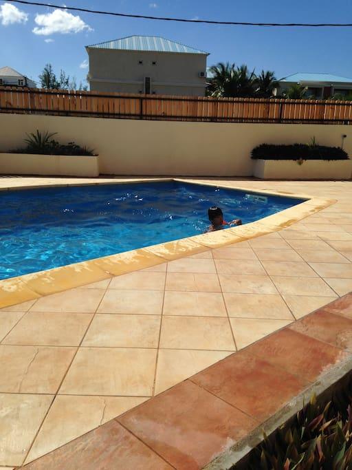 La piscine extérieure de la résidence