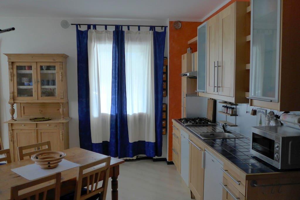 Wohnküche mit Essplatz und Schlafsofa
