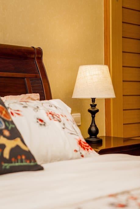 床头LED可调光阅读台灯