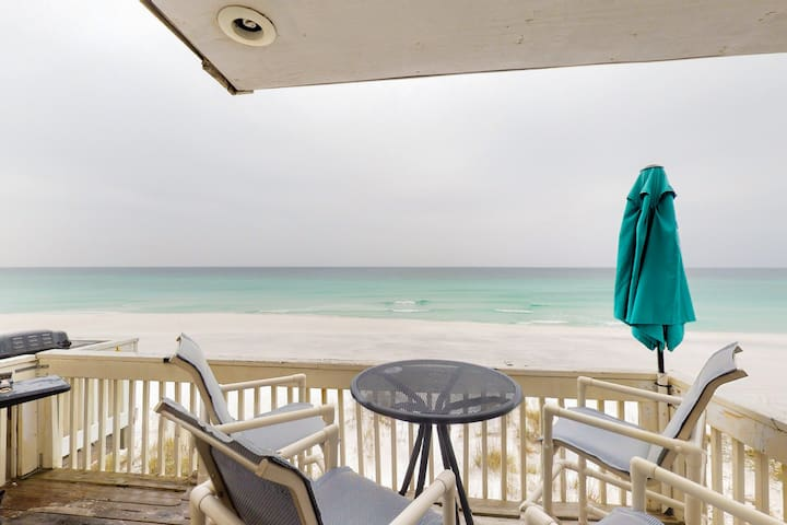 Beachfront townhome w/ sunny deck & Gulf views - dogs welcome!