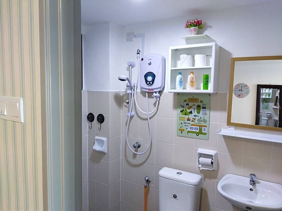 STUDIO 2: enjoy your moment in this lovely bathroom.