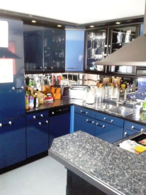 blaue Lackküche mit kompletten Inventar
